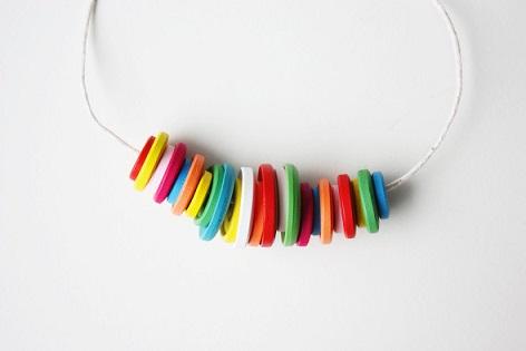 Como-hacer-un-collar-con-botones-de-colores-3