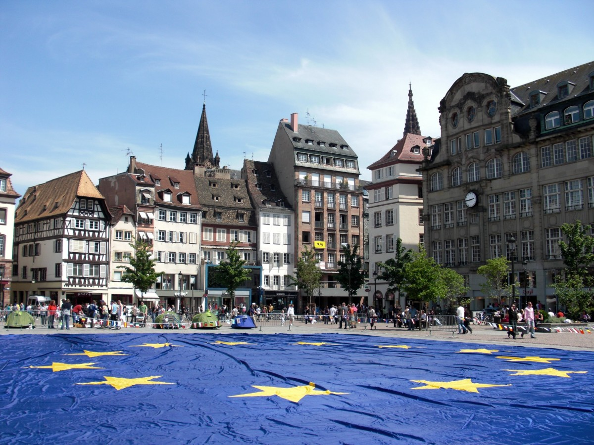 Big_european_flag_at_Strasbourg_(France)_-_Europe_Day_2009