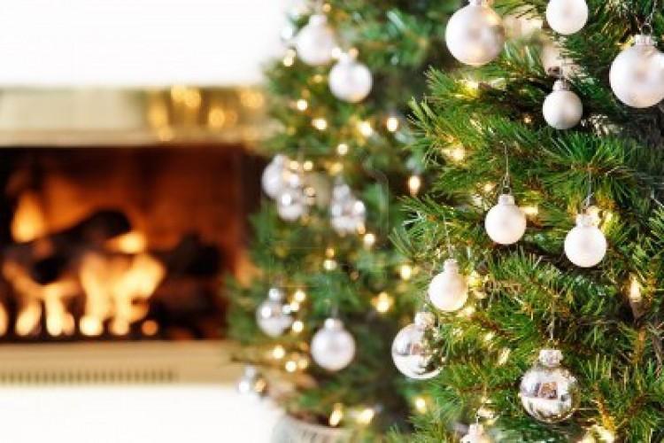 9868847-brillantes-adornos-de-arbol-de-navidad-blanco-y-plateado-por-un-fuego-caliente