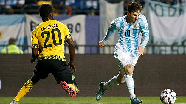 VIÑA DEL MAR, CHILE - JUNE 20: Lionel Messi of Argentina fights for the ball with Kemar Lawrence of Jamaica during the 2015 Copa America Chile Group B match between Argentina and Jamaica at Sausalito Stadium on June 20, 2015 in Viña del Mar, Chile. (Photo by Gabriel Rossi/LatinContent/Getty Images)