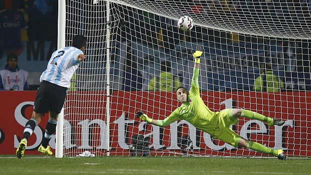 Argentina's Ezequiel Garay shoots to score a penalty kick past Colombia's goalie David Ospina after the end of regulation play in their Copa America 2015 quarter-finals soccer match at Estadio Sausalito in Vina del Mar, Chile, June 26, 2015. REUTERS/Ivan Alvarado