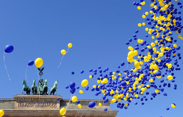 Blaue und gelbe Luftballons als Symbol für Europa steigen am Montag (09.05.2011) in Berlin vor dem Brandenburger Tor auf. Die Veranstaltung fand anlässlich des Europatages statt. Foto: Jens Kalaene dpa/lbn